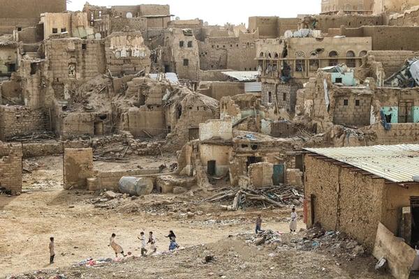 Saada. Un groupe d'enfants joue au football dans un décor de maisons en ruine. Ce gouvernorat au nord du pays a été le théâtre de plusieurs épisodes de violence depuis 2006, entraînant des destructions massives. Yémen. 2017. CC : ICRC / AL-MOAYYAD, KARRAR